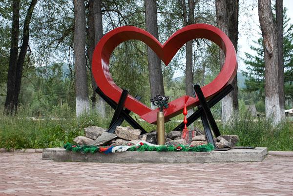 пос. Ягодное, монумент в парке.