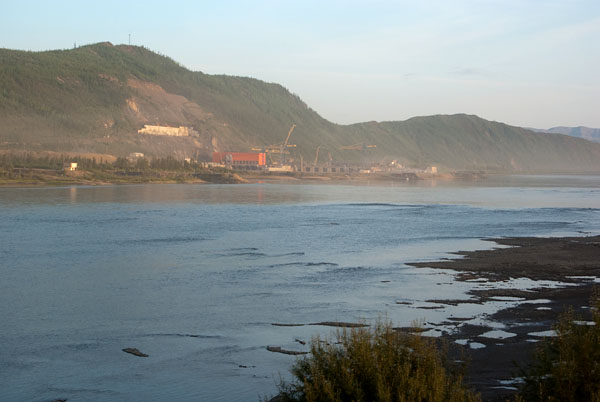 Вдалеке строится Усть-Среднеканская ГЭС