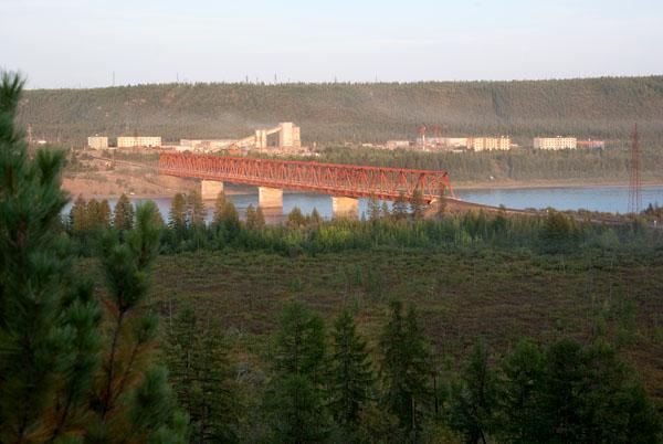 Мост через Колыму и рабочий поселок за ним