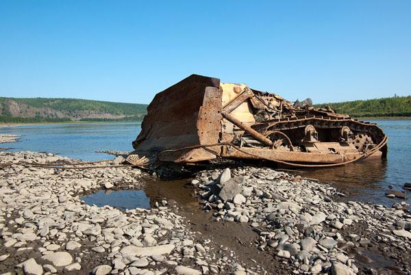 Утонувший много лет назад в Колыме бульдозер