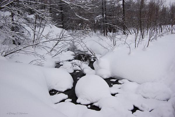Ещё не замерзший ручей...