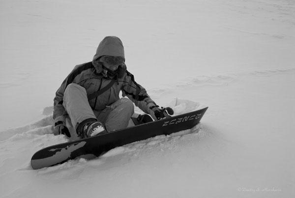 Саша крепится к сноуборду =)