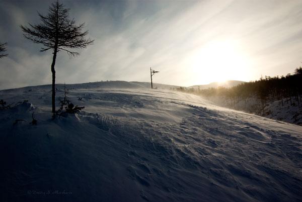 Солнце уже встало и, нагревая землю, вызывает движение воздуха - отсюда и ветер
