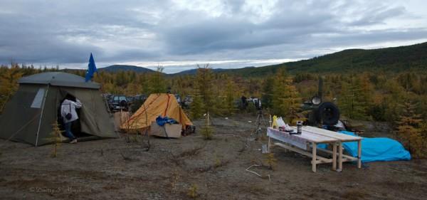Лагерь. Для участников соревнований предусмотренно все: столы, лавки, посуда, горячая еда из полевой кухни и даже ДЭСка, которая будет освещать территорию лагеря.