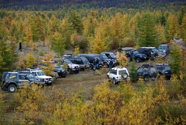Автомобили участников в ожидании начала соревнований