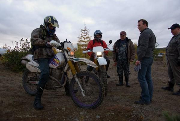 Прибыли запоздавшие мотоциклисты