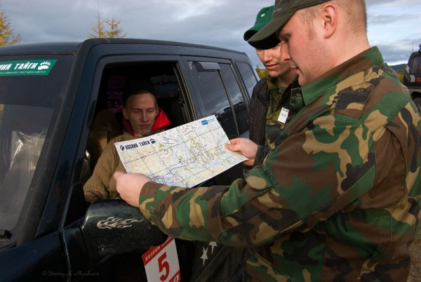Все участники на старте получают карту местности и легенду к ней. Первые из стартовавших экипажей обсуждают карту.