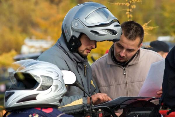 Пилоты квадроциклов тоже изучают карту местности