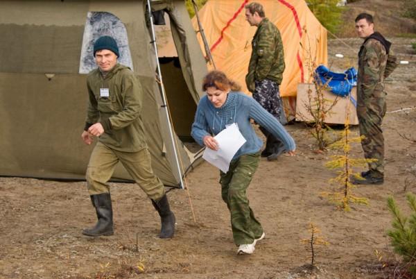 Очередной экипаж, получив путевой лист, спешит к автомобилю. Путевой лист, с указанным в нем временем старта, карта и легенда выдаются команде в палатке организаторов.